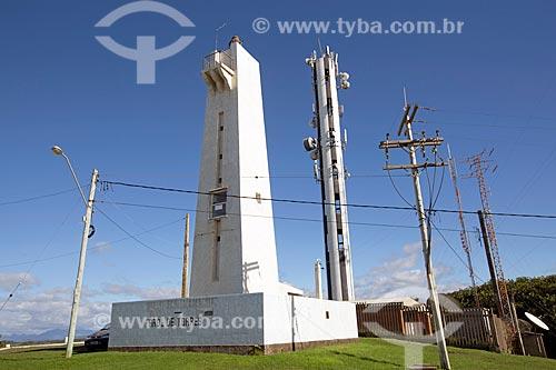 Farol de Torres no Morro do Farol com torre de telecomunicação ao fundo  - Torres - Rio Grande do Sul (RS) - Brasil