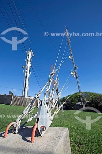Detalhe de cabos de sustentação de torre de telecomunicação no Morro do Farol  - Torres - Rio Grande do Sul (RS) - Brasil