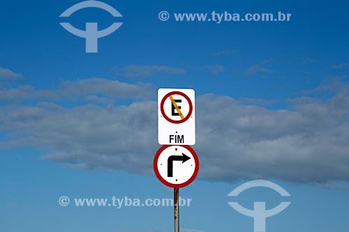 Placa de trânsito indicando proibido estacionar e vire à direita no Morro do Farol  - Torres - Rio Grande do Sul (RS) - Brasil