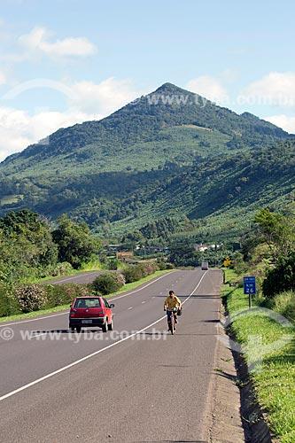 Ciclista no acostamento do Km 26 da Rodovia Governador Mário Covas (BR-101) com as Serras Gaúchas da Rota do Sol ao fundo  - Rio Grande do Sul (RS) - Brasil