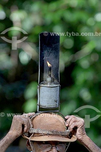 Detalhe de poronga - luminária típica usada por seringueiros - durante a coleta de látex na comunidade ribeirinha Nossa Senhora de Fátima  - Manaus - Amazonas (AM) - Brasil