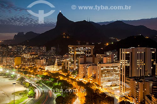Vista do anoitecer no bairro de Botafogo com a Pedra da Gávea e o Cristo Redentor (1931)  - Rio de Janeiro - Rio de Janeiro (RJ) - Brasil