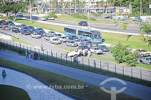 Vista de engarrafamento com carro capotado na Avenida das Américas  - Rio de Janeiro - Rio de Janeiro (RJ) - Brasil