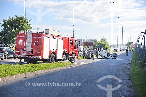 Primeiros socorros aos feridos em carro capotado na Avenida das Américas  - Rio de Janeiro - Rio de Janeiro (RJ) - Brasil