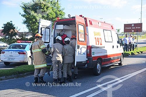 Primeiros socorros em ambulância do SAMU aos feridos em carro capotado na Avenida das Américas  - Rio de Janeiro - Rio de Janeiro (RJ) - Brasil