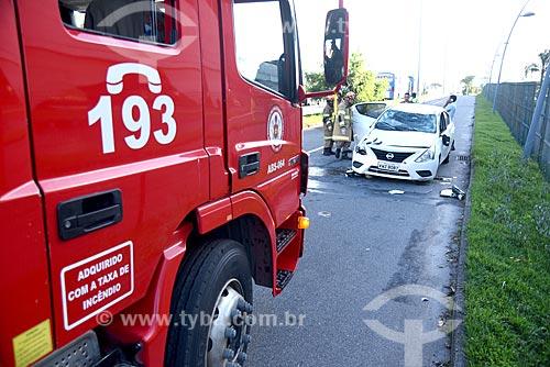 Caminhão dos Bombeiros com carro capotado na Avenida das Américas  - Rio de Janeiro - Rio de Janeiro (RJ) - Brasil