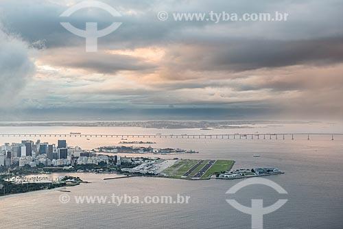 Vista da Aeroporto Santos Dumont a partir do  Pão de Açúcar em um dia nublado  - Rio de Janeiro - Rio de Janeiro (RJ) - Brasil