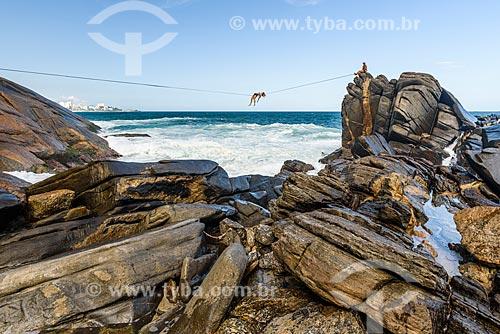 Praticante de slackline em formação rochosa conhecida como Castelinho do Leblon próximo ao Mirante do Leblon  - Rio de Janeiro - Rio de Janeiro (RJ) - Brasil