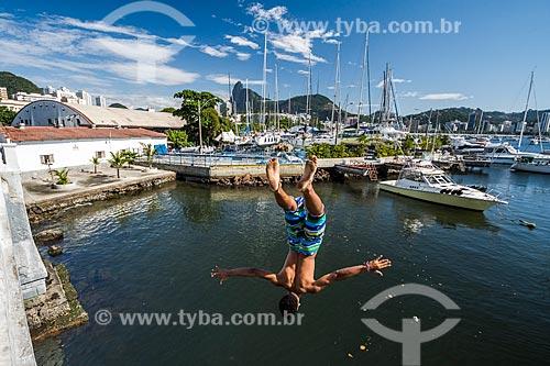 Jovem saltando na Baía de Guanabara a partir da Mureta da Urca  - Rio de Janeiro - Rio de Janeiro (RJ) - Brasil