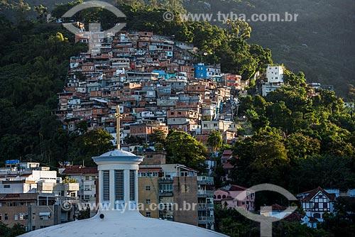 Cruz no campanário da Paróquia São Judas Tadeu com a favela do Cerro Corá ao fundo  - Rio de Janeiro - Rio de Janeiro (RJ) - Brasil