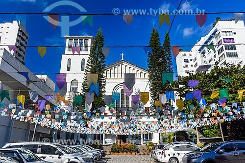 Paróquia Cristo Redentor decorada com bandeirinhas de festa junina  - Rio de Janeiro - Rio de Janeiro (RJ) - Brasil