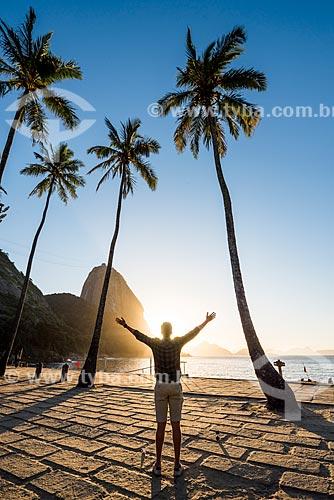 Silhueta de homem durante o amanhecer na Praia Vermelha com o Pão de Açúcar ao fundo  - Rio de Janeiro - Rio de Janeiro (RJ) - Brasil