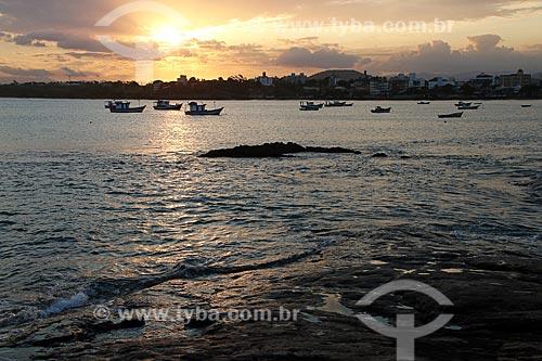 Pesqueiros na Praia de Meaípe durante o pôr do sol  - Guarapari - Espírito Santo (ES) - Brasil