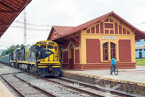 Trem de carga da MRS Logística S.A. - empresa logística que opera a chamada Malha Regional Sudeste da Rede Ferroviária Federal - passando pela estação ferroviária de Guararema (1861)  - Guararema - São Paulo (SP) - Brasil