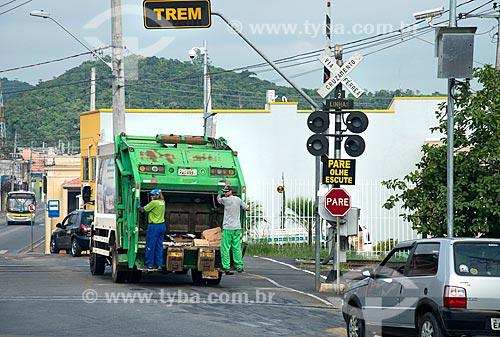 Caminhão de lixo em passagem de nível  - Guararema - São Paulo (SP) - Brasil
