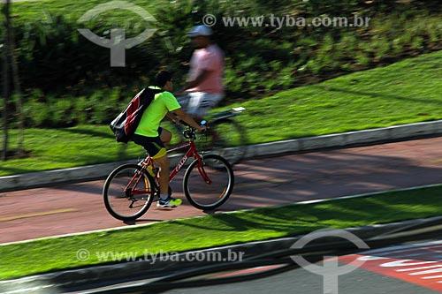Ciclistas na ciclovia da Praia de Camburi  - Vitória - Espírito Santo (ES) - Brasil