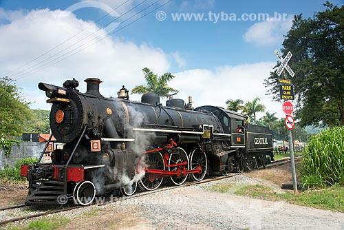 Locomotiva em passagem de nível no distrito de Luis Carlos  - Guararema - São Paulo (SP) - Brasil
