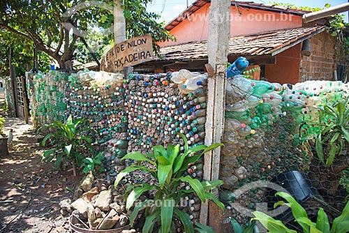 Detalhe de muro feito de garrafas PET  - Palmas - Tocantins (TO) - Brasil