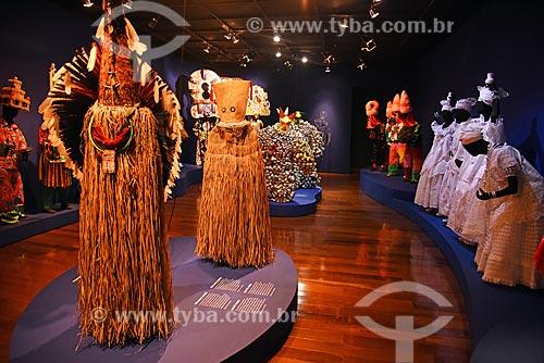 Máscaras da tribo Kayapó - à esquerda - em exibição no Centro de Referência do Artesanato Brasileiro (CRAB) durante a exposição Festa Brasileira - Fantasia feita à mão  - Rio de Janeiro - Rio de Janeiro (RJ) - Brasil