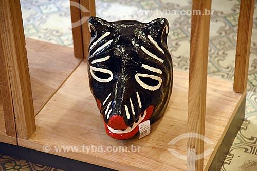 Detalhe de máscara de urso feita em cerâmica em exibição no Centro de Referência do Artesanato Brasileiro (CRAB) durante a exposição Festa Brasileira - Fantasia feita à mão  - Rio de Janeiro - Rio de Janeiro (RJ) - Brasil