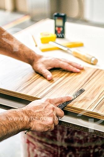 Detalhe de marceneiro trabalhando em marcenaria - Mashê Móveis  - Palhoça - Santa Catarina (SC) - Brasil