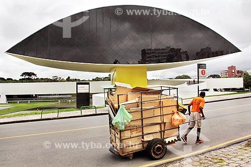 Burro-sem-rabo em frente ao Museu Oscar Niemeyer - também conhecido como Museu do Olho  - Curitiba - Paraná (PR) - Brasil