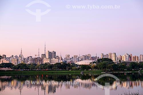 Vista do pôr do sol na cidade de São Paulo à partir do Parque do Ibirapuera  - São Paulo - São Paulo (SP) - Brasil