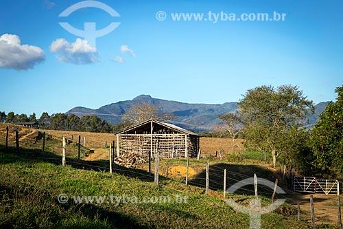 Vista de fazenda na zona rural da cidade de Guarani com armazém para secagem de folhas de tabaco  - Guarani - Minas Gerais (MG) - Brasil