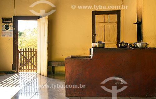 Cozinha com fogão à lenha em antiga fazenda na zona rural da cidade de Guarani  - Guarani - Minas Gerais (MG) - Brasil