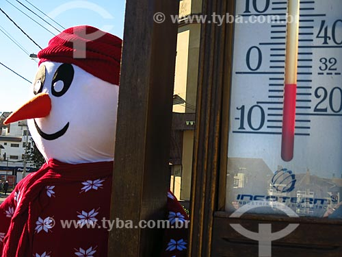 Detalhe de decoração de inverno e termômetro marcando abaixo de zero na serra gaúcha  - Canela - Rio Grande do Sul (RS) - Brasil