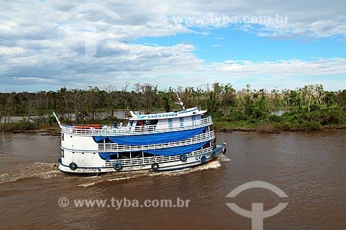 Chalana - embarcação regional - no Rio Amazonas entre as cidade de Manaus e Itacoatiara  - Manaus - Amazonas (AM) - Brasil