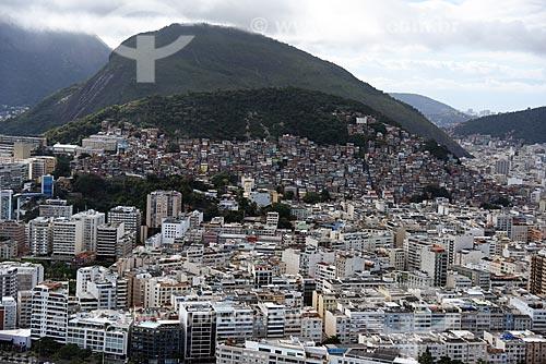 Foto aérea do bairro de Copacabana com a Favela do Cantagalo ao fundo  - Rio de Janeiro - Rio de Janeiro (RJ) - Brasil