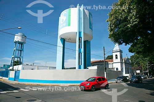 Caixa dágua da Companhia de Saneamento Básico do Estado de São Paulo (SABESP) com a Igreja de São Sebastião ao fundo  - Tremembé - São Paulo (SP) - Brasil