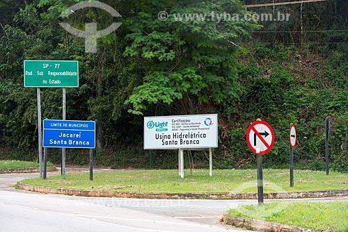 Placas no acostamento da Rodovia Nilo Máximo (SP-077)  - Santa Branca - São Paulo (SP) - Brasil