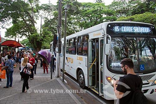 Ponto de ônibus na Rua Quinze de Novembro  - Jacareí - São Paulo (SP) - Brasil