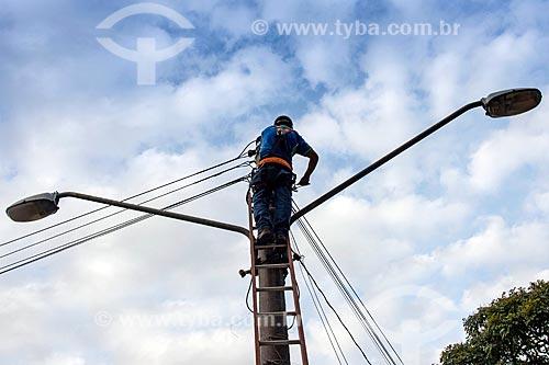 Funcionário da concessionária de serviços de transmissão de energia fazendo manutenção  - Jacareí - São Paulo (SP) - Brasil