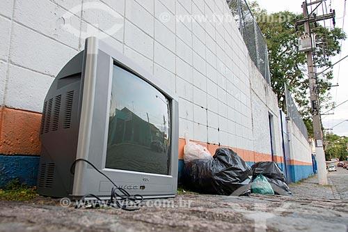 Detalhe de televisão antiga em lixeira  - Jacareí - São Paulo (SP) - Brasil