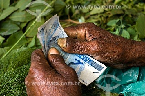 Detalhe das mãos de vendedora de ervas  - Rio de Janeiro - Rio de Janeiro (RJ) - Brasil