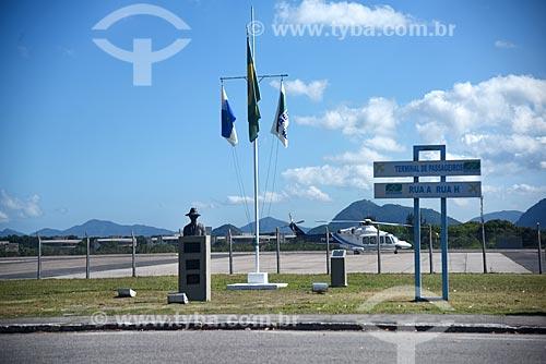 Busto de Santos Dumont e mastro no Aeroporto Roberto Marinho - mais conhecido como Aeroporto de Jacarepaguá  - Rio de Janeiro - Rio de Janeiro (RJ) - Brasil