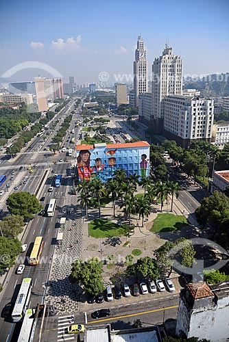 Grafite Contos na Escola Municipal Rivadávia Corrêa - parte do Projeto Rio Big Walls com a Estação Ferroviária Central do Brasil e o Palácio Duque de Caxias (1941) ao fundo  - Rio de Janeiro - Rio de Janeiro (RJ) - Brasil