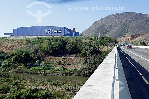 Vista da ponte na Rodovia BR-040 sobre o Rio Paraíba do Sul com a fábrica da Nestlé ao fundo  - Três Rios - Rio de Janeiro (RJ) - Brasil