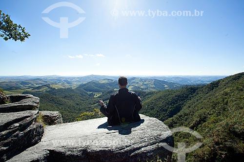 Jovem meditando no Parque Estadual do Ibitipoca durante a trilha do circuito da Janela do Céu  - Lima Duarte - Minas Gerais (MG) - Brasil