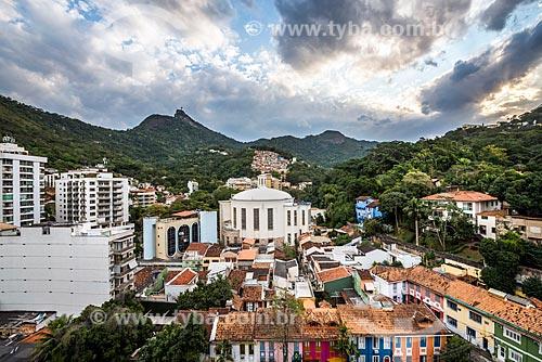 Vista da Paróquia São Judas Tadeu com o Cristo Redentor ao fundo durante o pôr do sol  - Rio de Janeiro - Rio de Janeiro (RJ) - Brasil