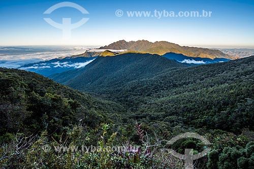 Vista de trilha no Parque Nacional de Itatiaia com a Serra Fina ao fundo  - Itatiaia - Rio de Janeiro (RJ) - Brasil