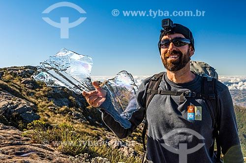 Homem segurando pedaço de gelo no Parque Nacional de Itatiaia  - Itatiaia - Rio de Janeiro (RJ) - Brasil