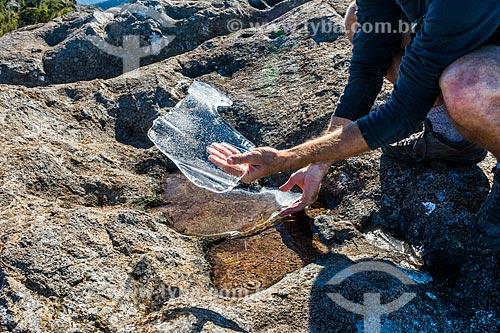 Detalhe de homem segurando pedaço de gelo no Parque Nacional de Itatiaia  - Itatiaia - Rio de Janeiro (RJ) - Brasil