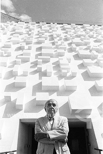 Athos Bulcão em frente ao Teatro Nacional de Brasília  - Brasília - Distrito Federal (DF) - Brasil