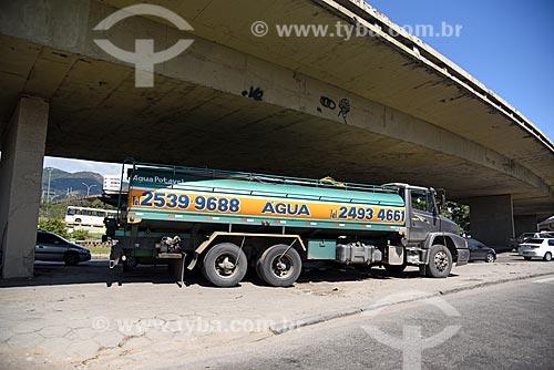 Caminhão pipa sob o Viaduto dos Marinheiros  - Rio de Janeiro - Rio de Janeiro (RJ) - Brasil