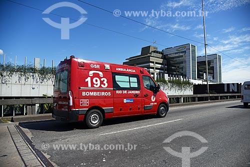 Ambulância no Elevado da Perimetral próximo ao Instituto Nacional de Traumatologia e Ortopedia Jamil Haddad  - Rio de Janeiro - Rio de Janeiro (RJ) - Brasil