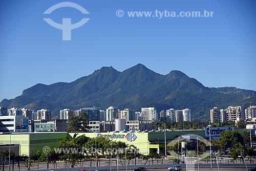 Vista do supermercado Carrefour a partir da Cidade das Artes - antiga Cidade da Música - com o Maciço da Tijuca ao fundo  - Rio de Janeiro - Rio de Janeiro (RJ) - Brasil